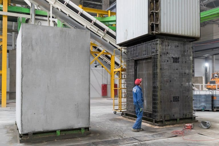 Lift shaft mold in use at Karkas Monolit, Russia